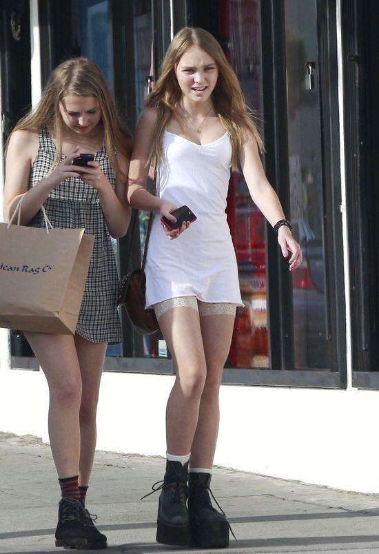 Lily Rose Depp na spacerze z koleżankami