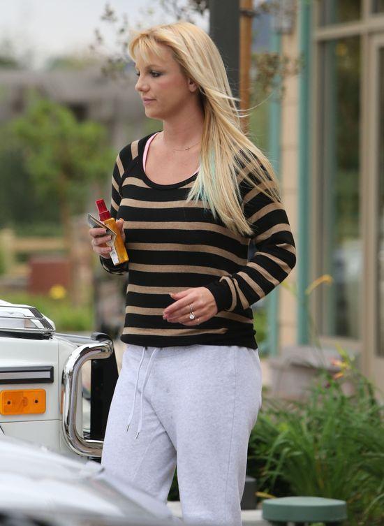 Britney Spears wychodzi z salonu fryzjerskiego w nowej fryzurze