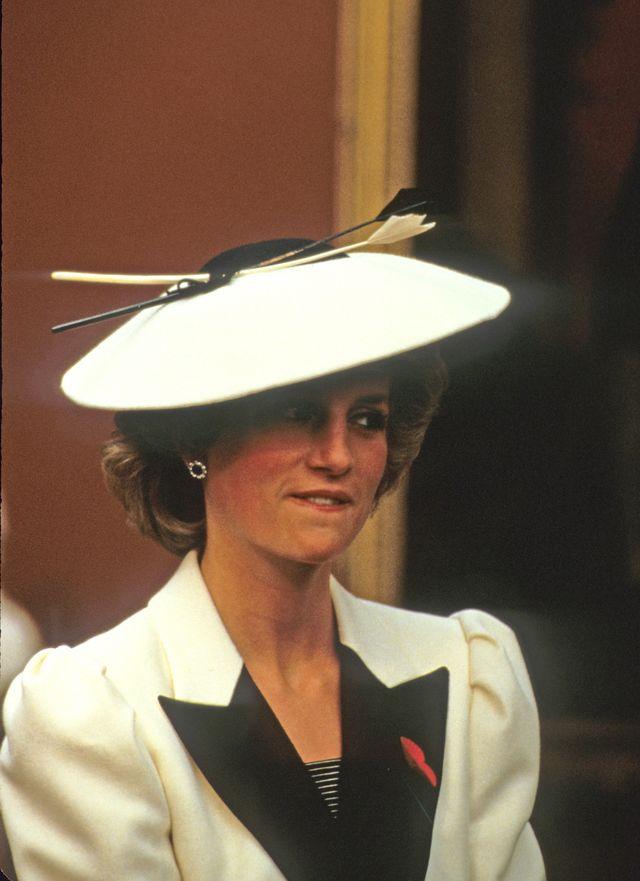 """Od tragicznej śmierci Lady Diany mija dzisiaj 19 lat. """"Królowa ludzkich serc"""" miałaby dzisiaj 55 lat. Media na potęgę wspominają dzisiaj matkę księcia Williama i Harry'ego.  Życie Diany było niezwykle interesujące i tragiczne. Jedni będą dzisiaj przedstawiać ją jako nieszczęśliwą arystokratkę, której serce było czyste jak łza, inni wyciągną na wierzch jej wszystkie romanse, a jak się okazuje, tych było niemało."""