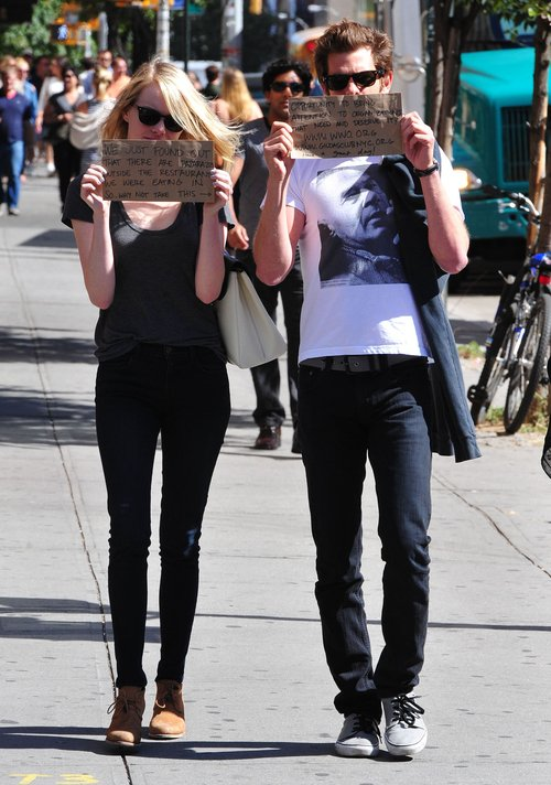 Stone i Garfield chodzą po mieście z kartkami (FOTO)