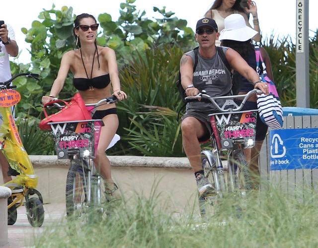 Piosenkarz i jego seksowna żona na rowerach (FOTO)