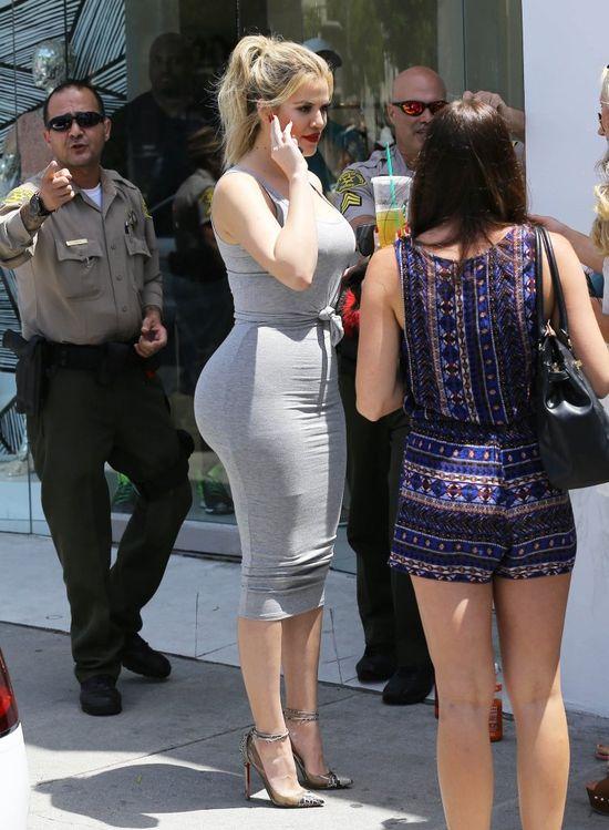 Khloe Kardashian w szarej ołówkowej spódnicy i szarej koszulce