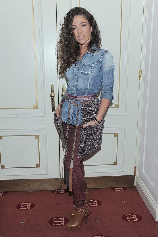 Natalia Kukulska w jeansowej koszuli i kręconych włosach