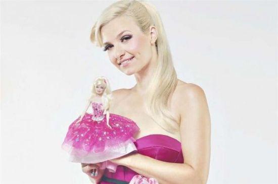 Joanna Koroniewska w kucyku reklamuje Barbie.