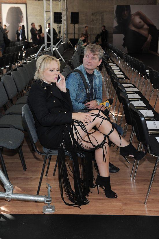 Agnieszka Jastrzębska w spódnicy z frędzlami na pokazie MMC Studio.
