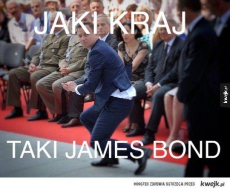 Andrzej Duda ratuje hostię – memy
