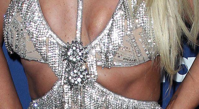 Która gwiazda tak maltretuje swoje piersi? (ZDJĘCIA)