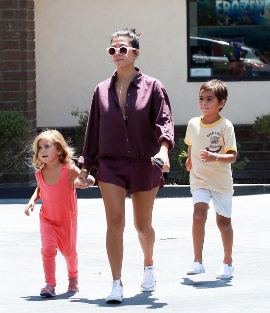Kourtney Kardashian po raz kolejny pokazuje, jak seksownie wygl�da� b�d�c mam�