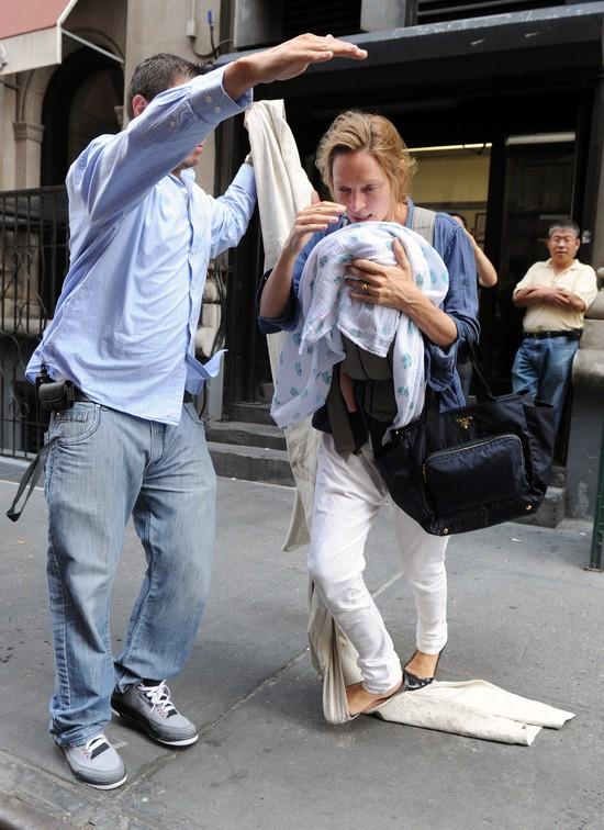 Uma Thurman i jej miesięczna córeczka - o krok od upadku! (F