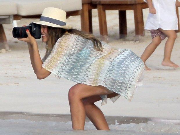 Seksowna Jessica Alba szaleje na plaży (FOTO)