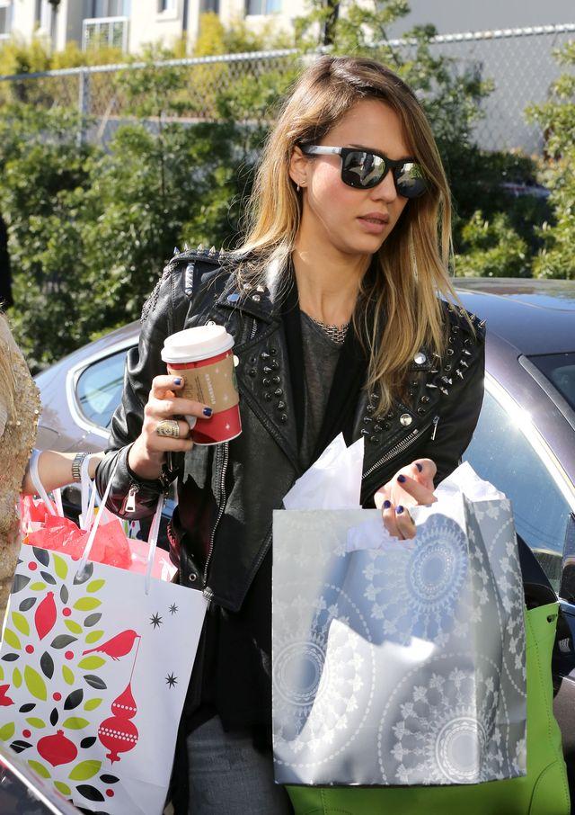 Jessica Alba kupuje niedrogie prezenty w supermarkecie
