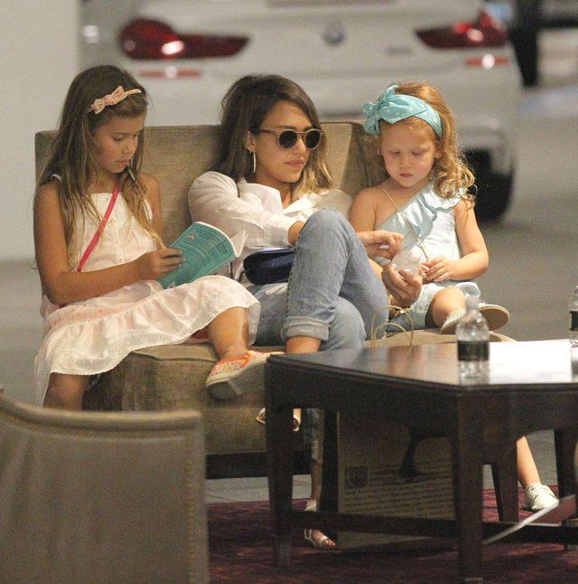 Córki Jessiki Alby nie bawią się smartfonami (FOTO)