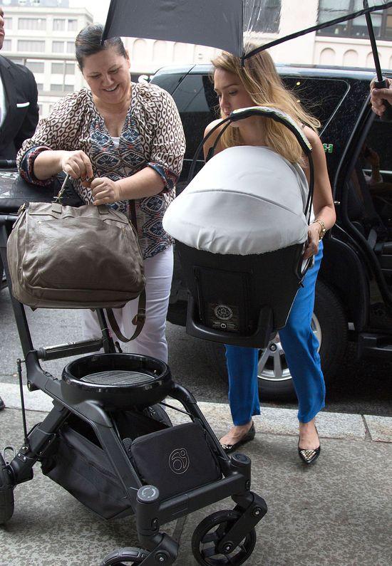 Jessica Alba przez przypadek pokazała trochę ciała (FOTO)