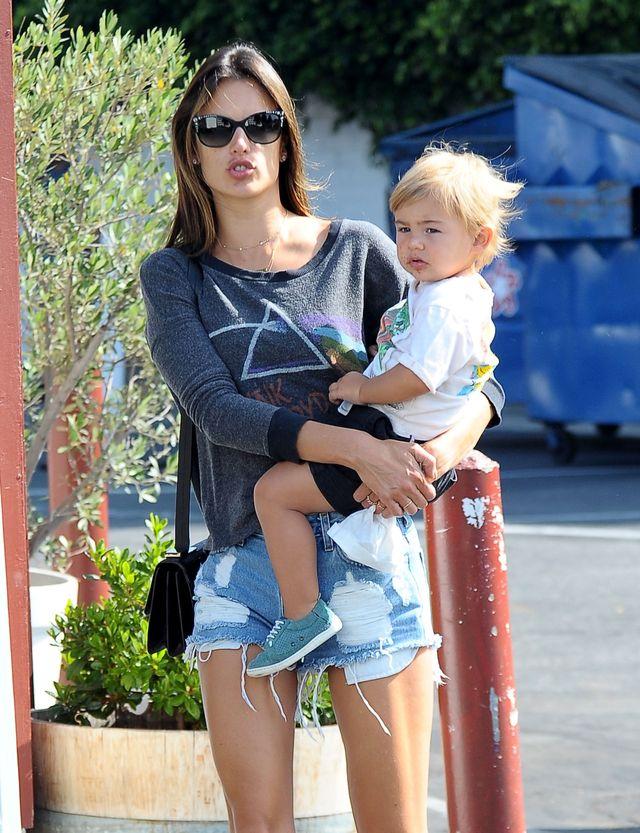 Alessandra Ambrosio nie lubi stać przy garnkach (FOTO)
