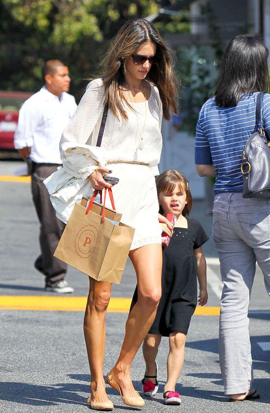 Na spacerze z dziećmi wygląda jak na wybiegu (FOTO)