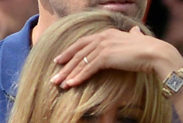 Jennifer Aniston pokazała pierścionek zaręczynowy! (FOTO)  J