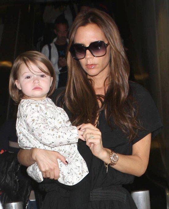Victoria Beckham z córeczką na lotnisku (FOTO)