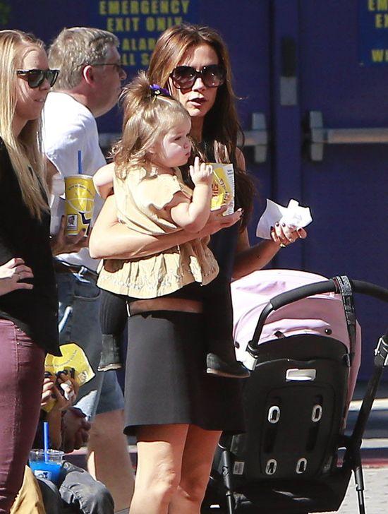 Victoria Beckham na spacerze z Harper i synami (FOTO)