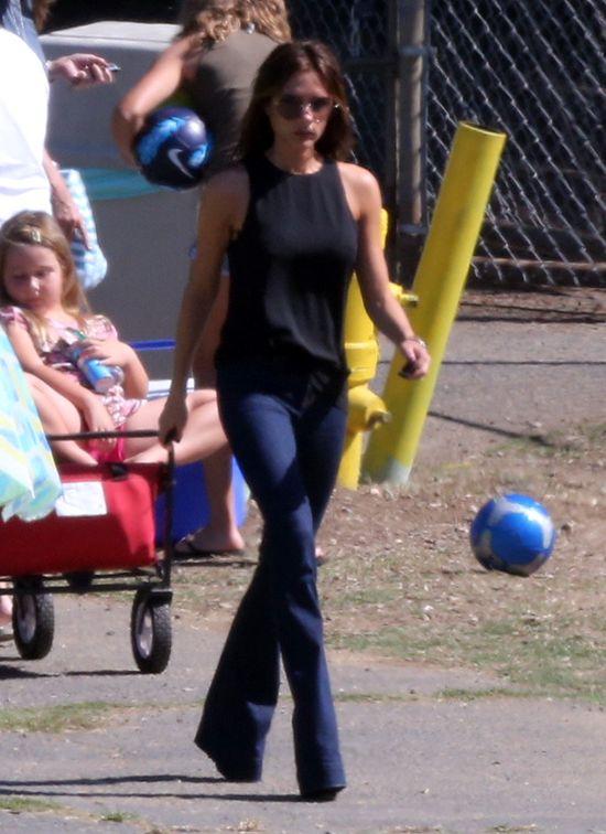 Victoria Beckham znowu ogląda synów na meczu (FOTO)