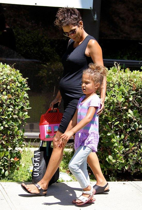 Halle Berry z córką wracają ze szkoły (FOTO)
