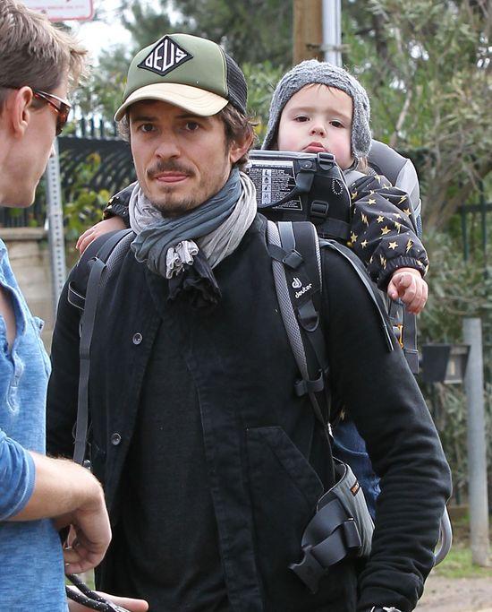 Orlando Bloom z synem na spacerze (FOTO)