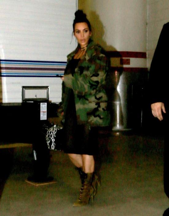 Kim Kardashian w sukience z siatki BEZ STANIKA (FOTO)