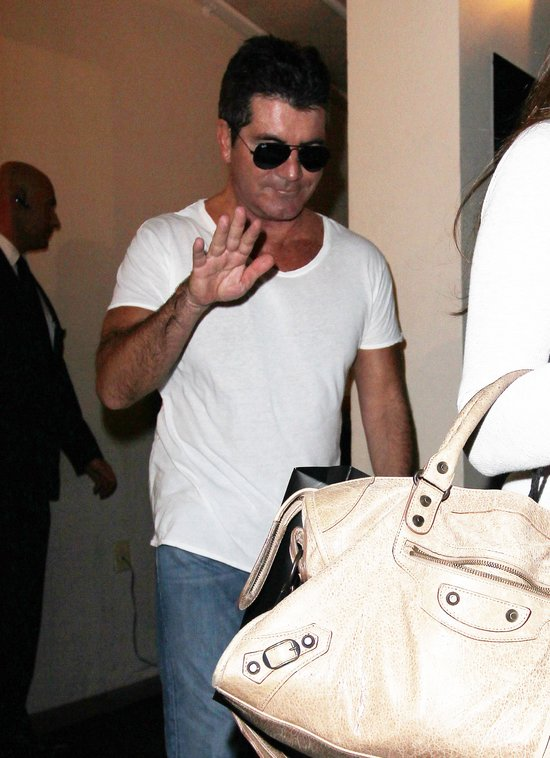 Simon Cowell gustuje w PEŁNYCH kształtach (FOTO)