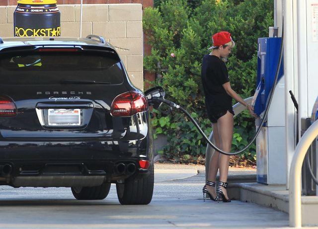 Seksowna Miley Cyrus na stacji benzynowej (FOTO)