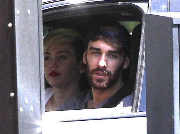 Miley Cyrus na luchu z kolegą (FOTO)