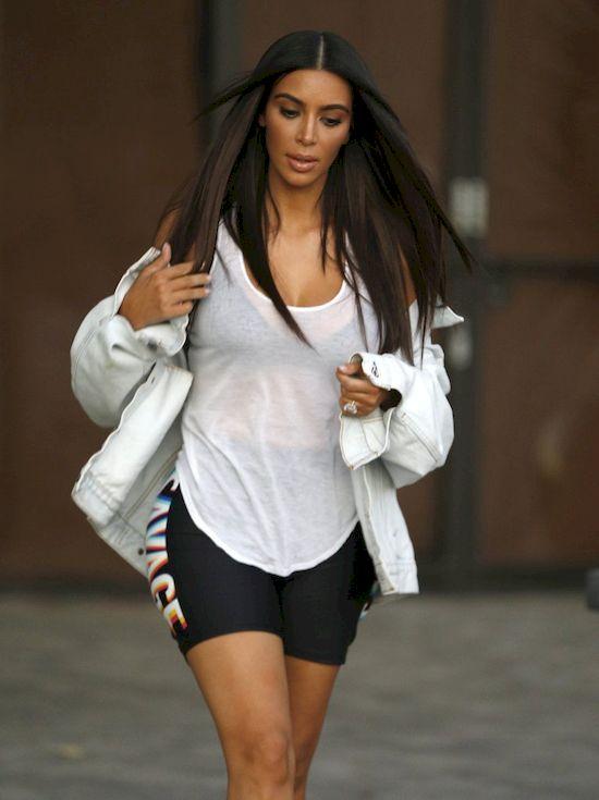 Kim Kardashian bez stanika pokazuje swoje wdzięki fotografom! (FOTO)