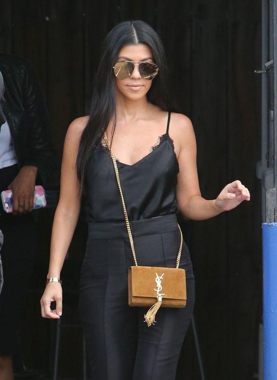 Kourtney Kardashian pokazuje, jak wyglądać seksi w... czerni