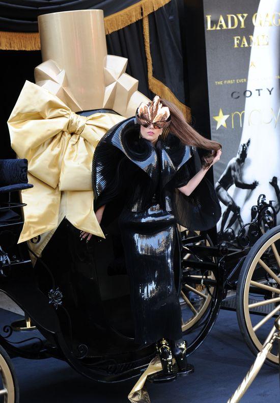 Lady Gaga promuje swoje perfumy Fame (FOTO)