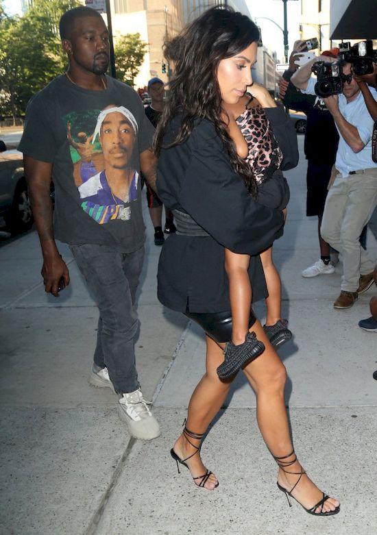 Kim Kardashian jednym gestem uciszyła fotografów (FOTO)