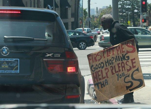 Selena Gomez pomaga bezdomnemu (FOTO)