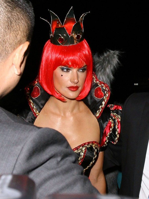 Alessandra Ambrosio jako seksowna Królowa Kier (FOTO)