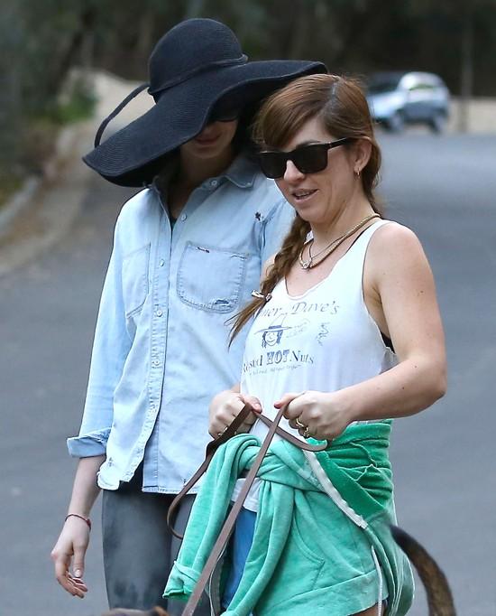 Kto się skrywa pod tym wielkim kapeluszem? (FOTO)