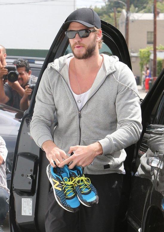 Liam Hemsworth chodzi boso (FOTO)