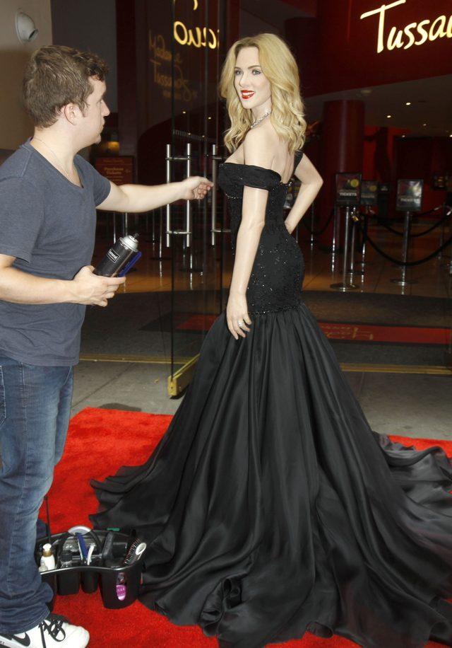 Obcy faceci bezkarnie przytulają się do Scarlett Johansson