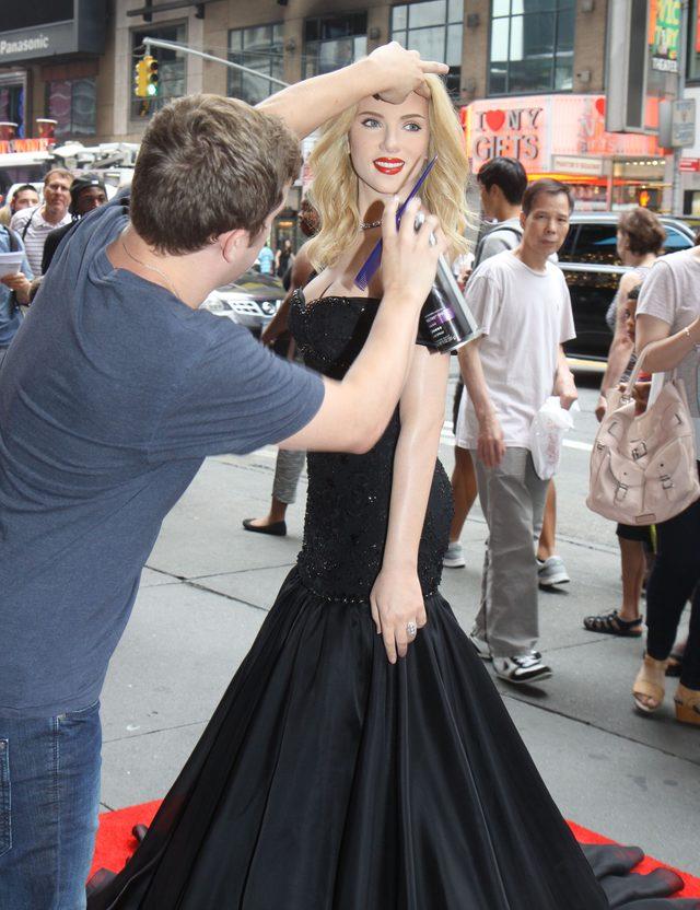 Obcy faceci bezkarnie przytulaj� si� do Scarlett Johansson