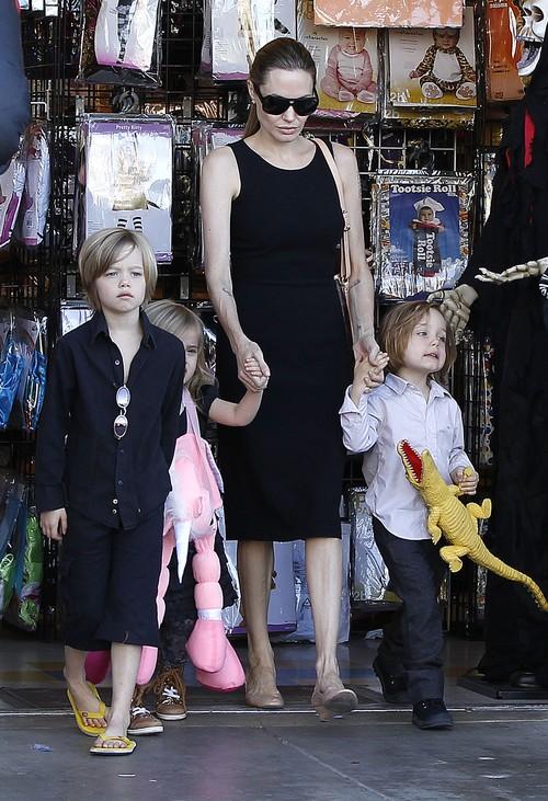 Angelina Jolie kupuje z dziećmi kostiumy na Halloween (FOTO)