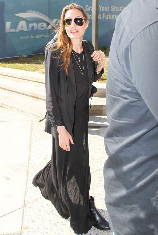 Niepozorna Angelina Jolie na lotnisku (FOTO)