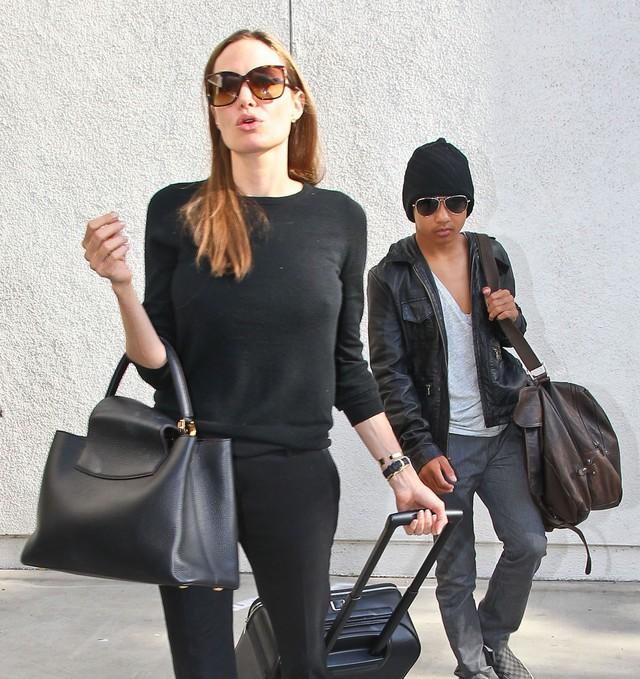 Angelina Jolie cierpi z powodu implantów piersi