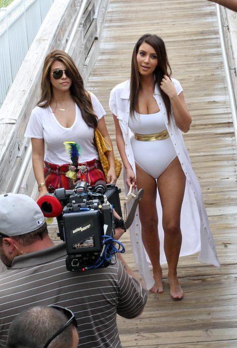 Kim Kardashian pręży się na plaży w świetle fleszy (FOTO)