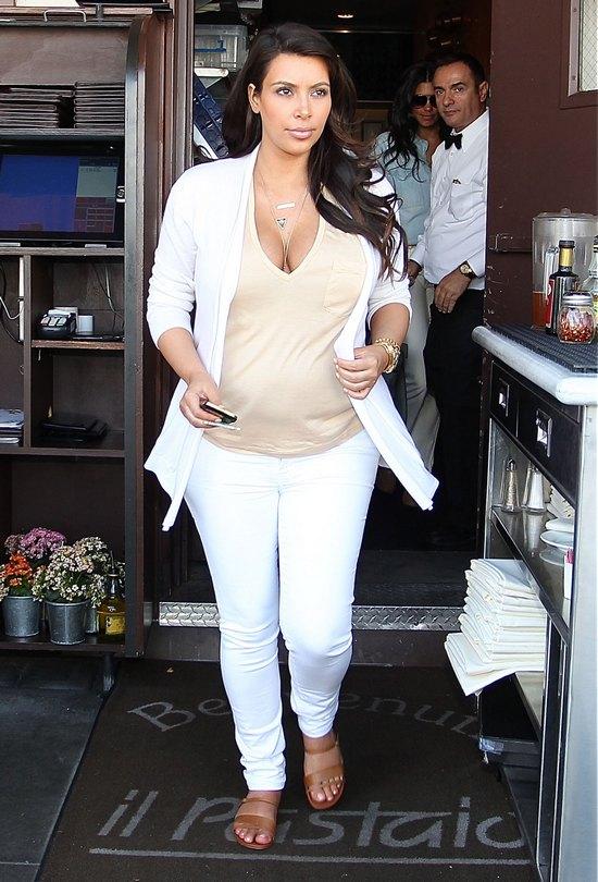 Kim Kardashian ods�ania sw�j biust (FOTO)