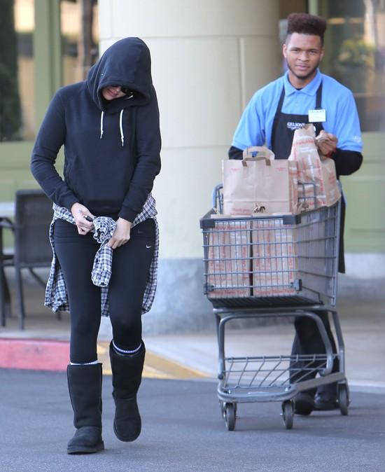 Khloe Kardashian w dresie i… pełnym makijażu (FOTO)