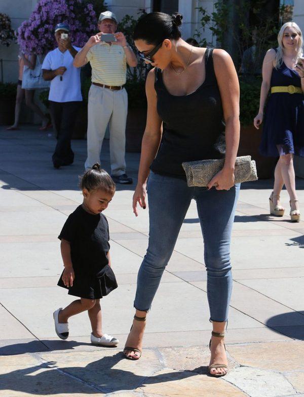 Kim i Kourtney zabrały dzieci do kina (FOTO)