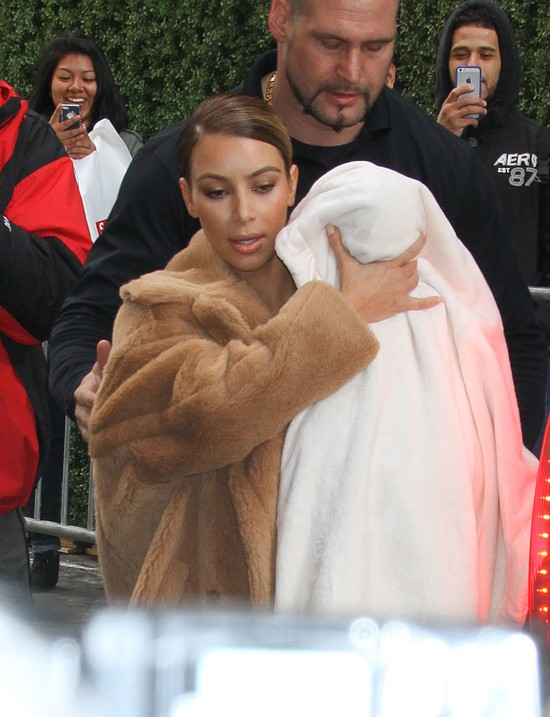 Wydekoltowana Kim Kardashian z córeczką Nori (FOTO)