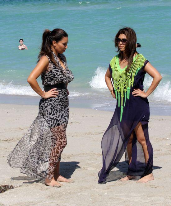 Kim i Kourtney Kasrdashian spacerują po plaży (FOTO)