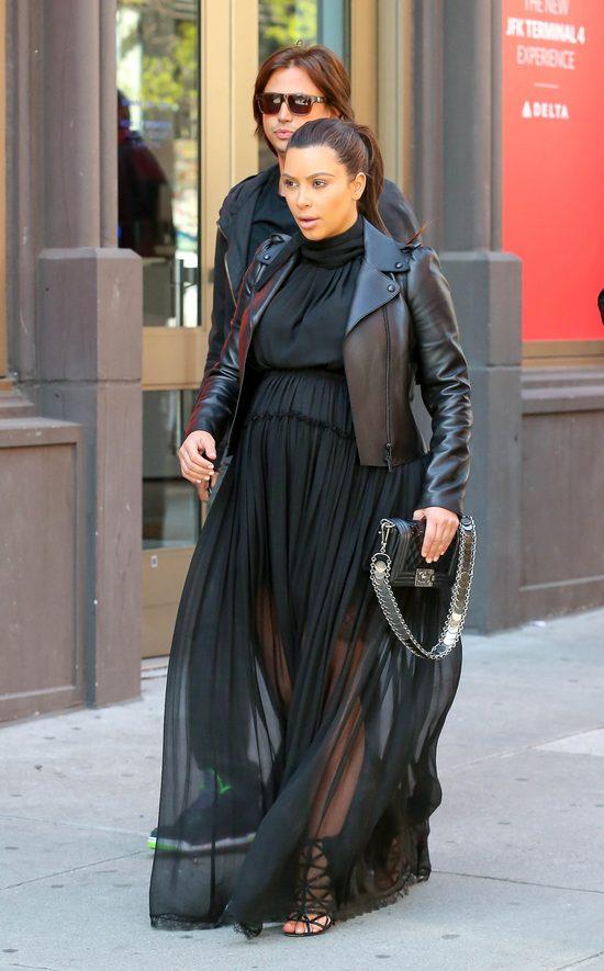 Kim Kardashian w szpilkach do 12 miesi�ca ci��y? (FOTO)
