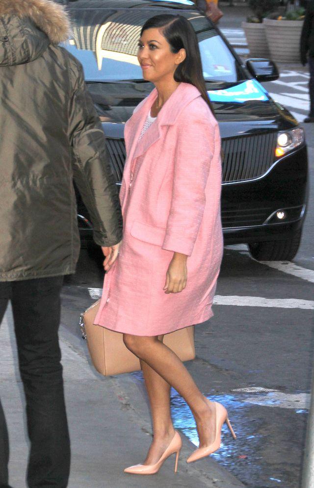Hebanowa Kourtney w różowym płaszczyku (FOTO)